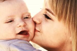 mère et son bébé bisou