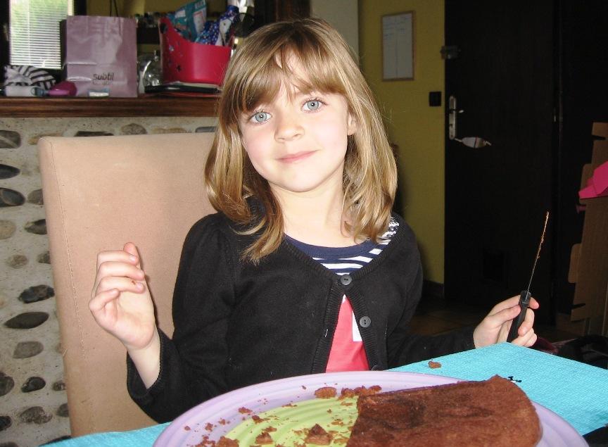 découpe du gateau d'anniversaire au chocolat