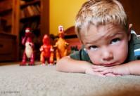 enfant jeu par terre dinosaures