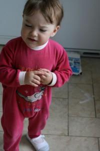 petite fille bouteille de lait renversée