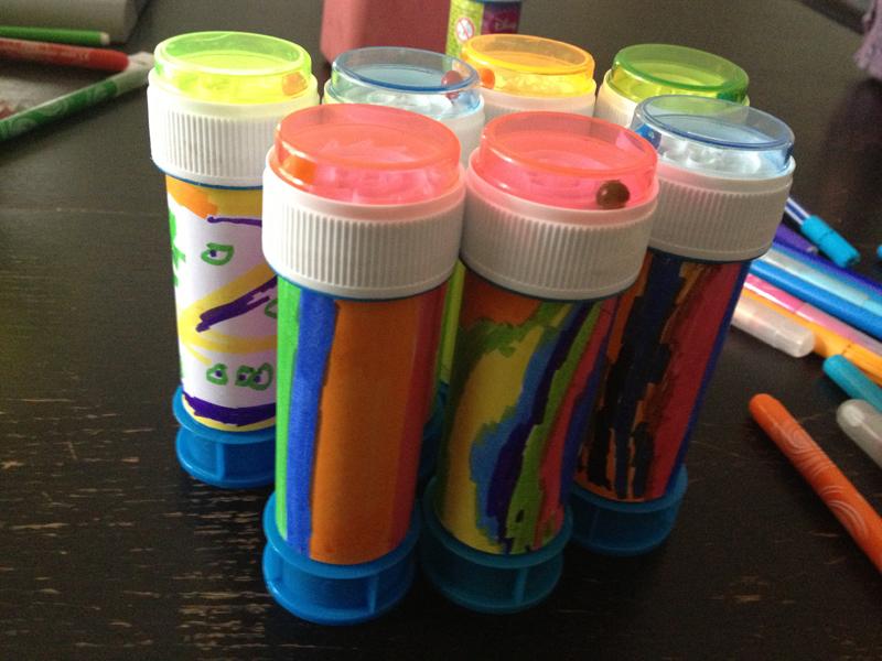 Anniversaire multicolore gourmand cadeaux invités bulles