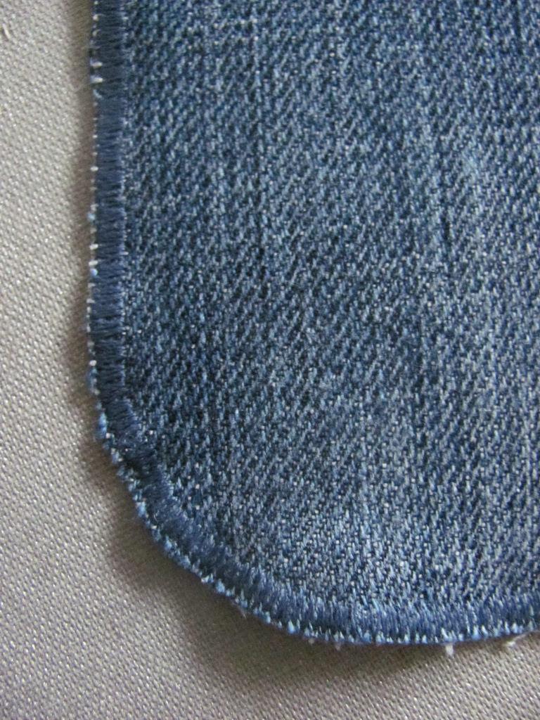empiècement en jean pour réparer les pantalons troués