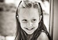 fillette souriante à taches de rousseur