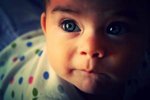 grands yeux de bébé
