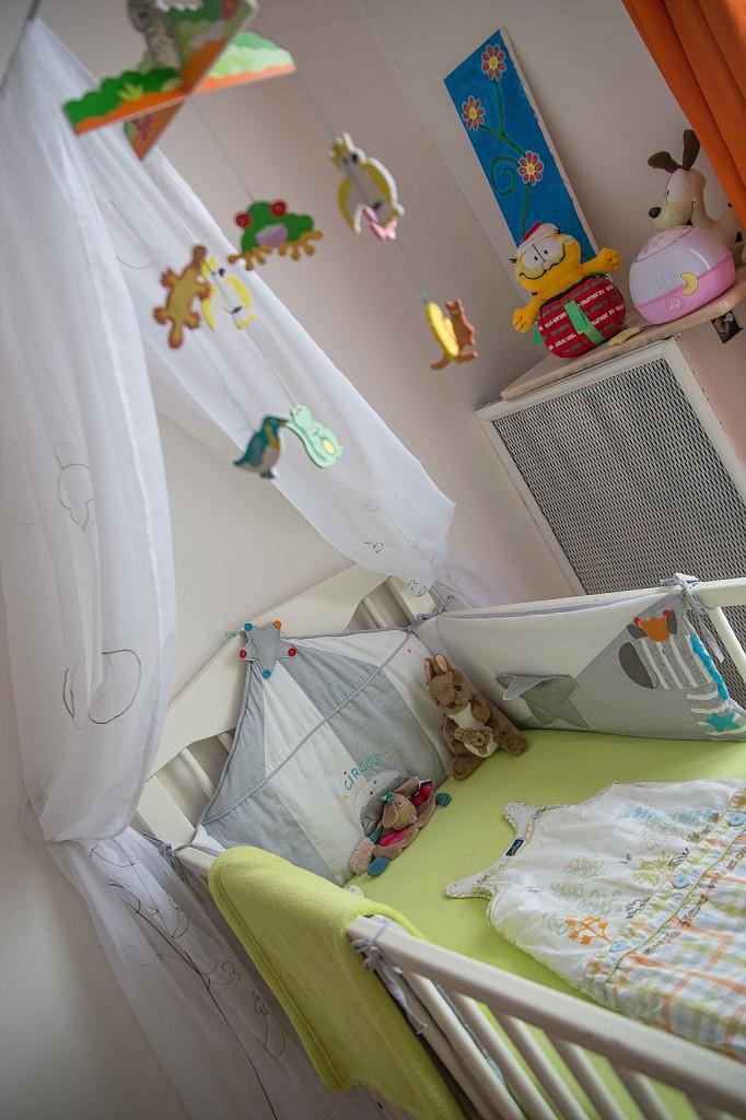 chambre bébé blanc orange vert lit à barreaux