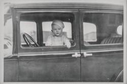 jeune enfant dans une voiture - vieille photo noir et blanc