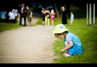 le jeu de la petite fille et les adultes lointains