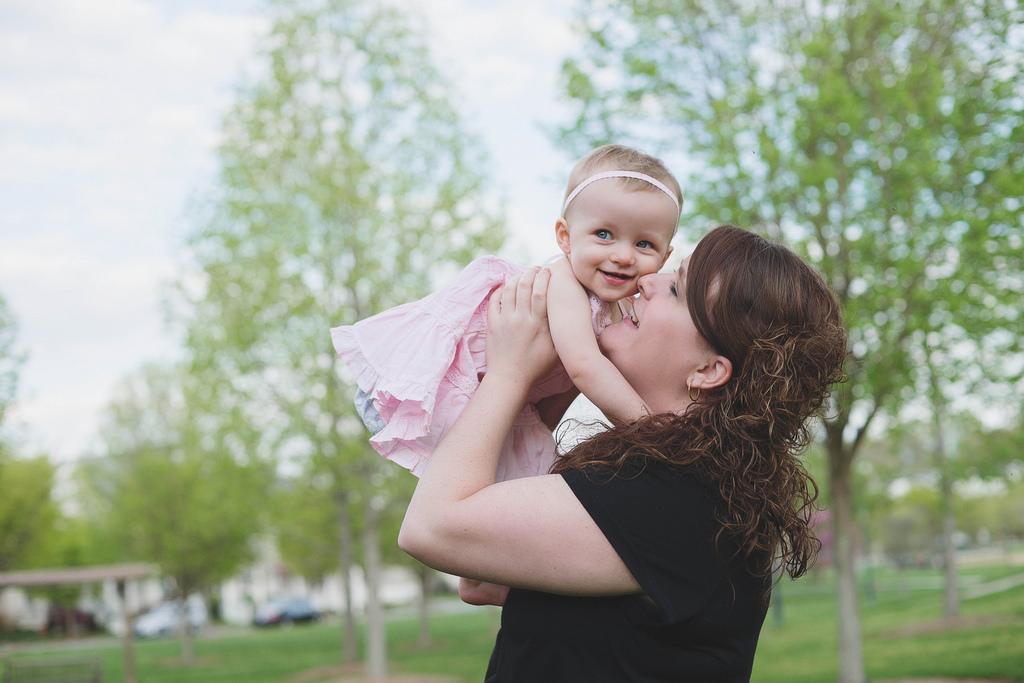 petite fille bébé et sa maman jouent