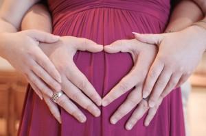 photo de grossesse mains maman et papa coeur