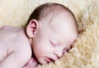 bébé endormi sur une beau de mouton