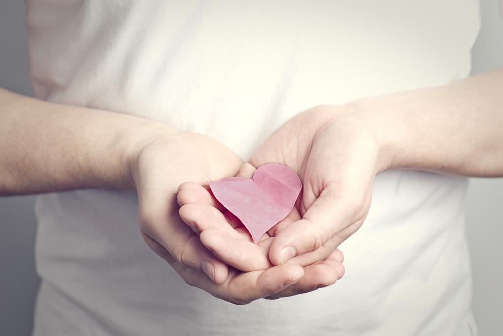 coeur de papier entre les mains