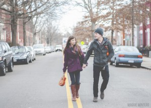 couple marchant au milieu de la rue
