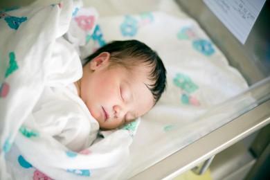 nouveau-né dans son berceau à la maternité