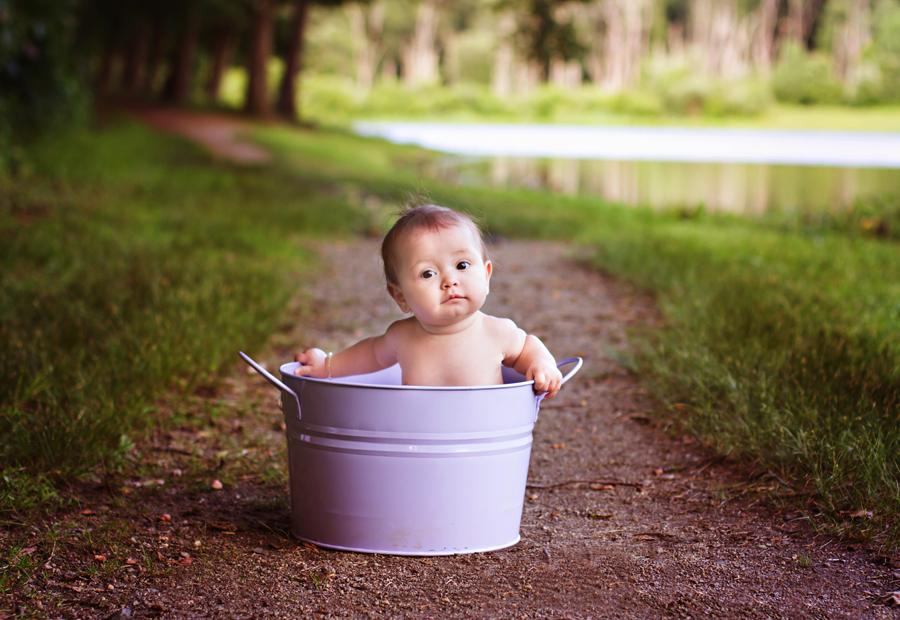 photo bébé dans une bassine