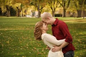 jeune couple amoureux heureux - découverte de la grossesse
