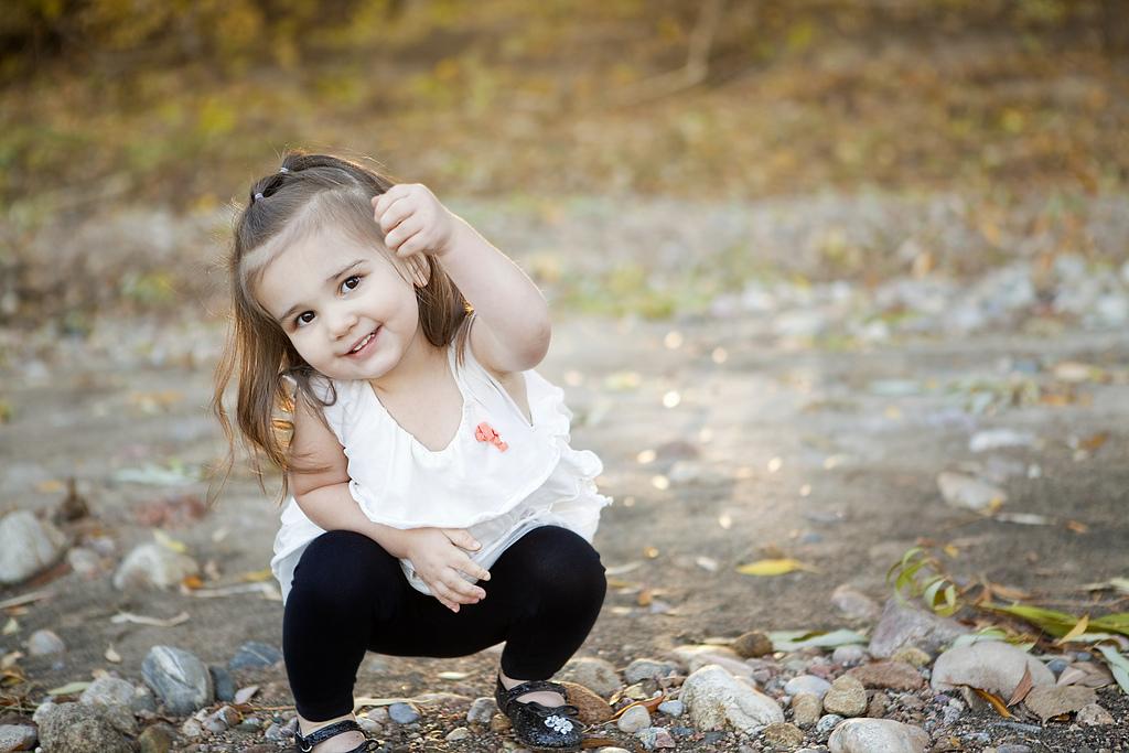 fillette jouant dans la nature