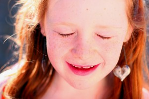 petite fille yeux fermés
