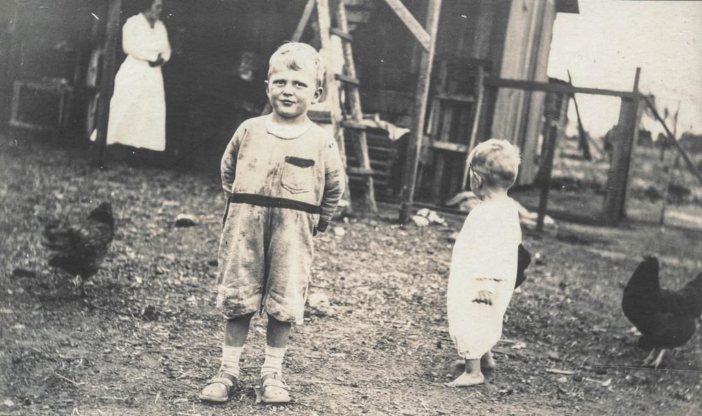 photo vintage petits garçons à la ferme