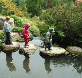 enfants traversant un pont de pierres