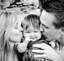 photo de famille parents bisou bébé