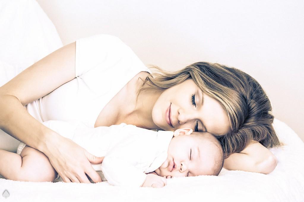 photo mère bébé endormis