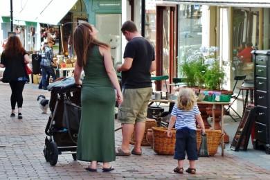 mère et enfant regardant en l'air dans la rue