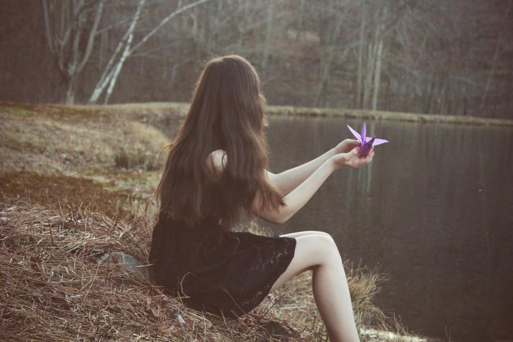 Femme triste au bord d'un lac