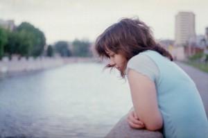 Fille triste sur un pont