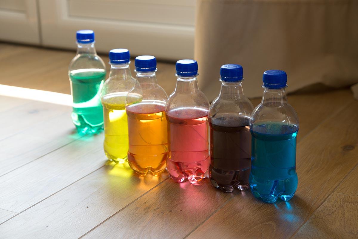 jeu-Montessori-bouteilles-eau-colorée