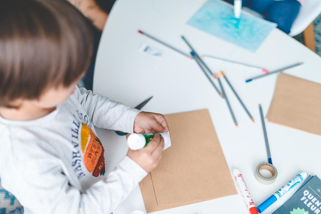 Invitation pour anniversaire enfant avec timbres à colorier La Poste // Photo : Amandine Gimenez