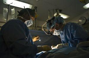 Docteur dans une salle d'operation