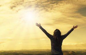 Personne ouvrant les bras vers le ciel